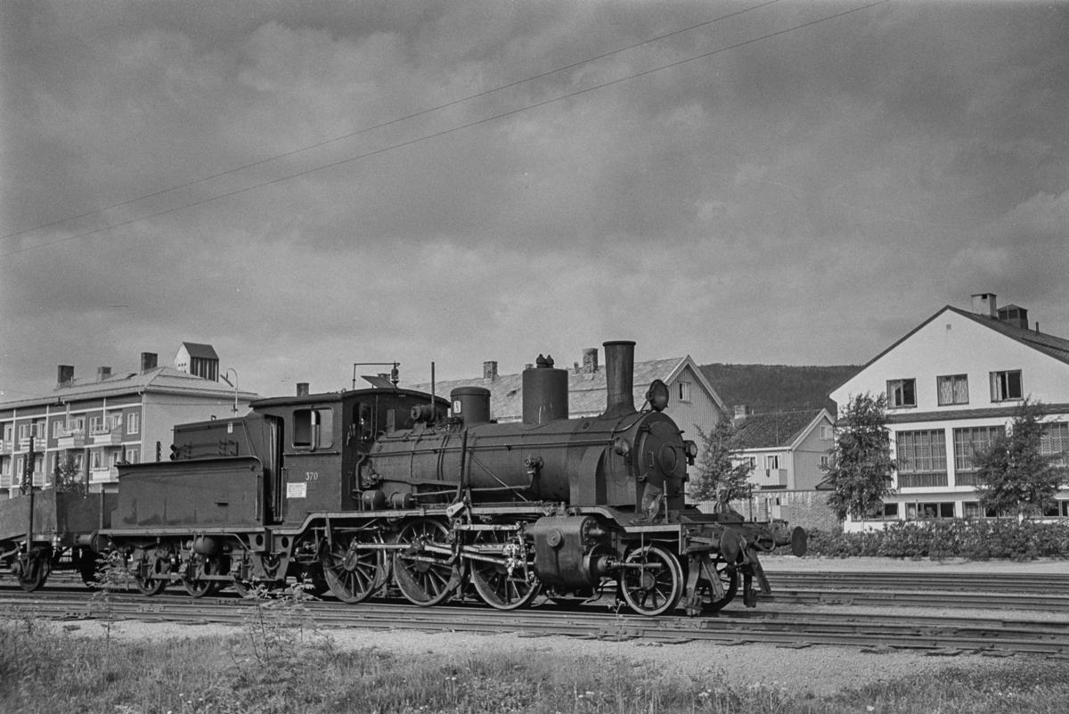 Dampokomotiv type 21b nr. 370 med godstog til Grong på Namsos stasjon.