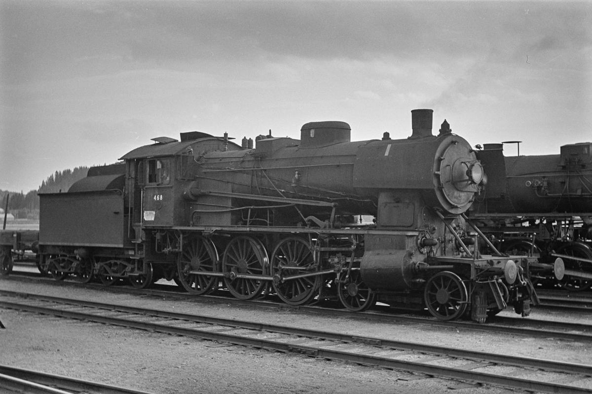 Godstog på Steinkjer stasjon. Toget trekkes av damplokomotiv type 30c nr. 468.