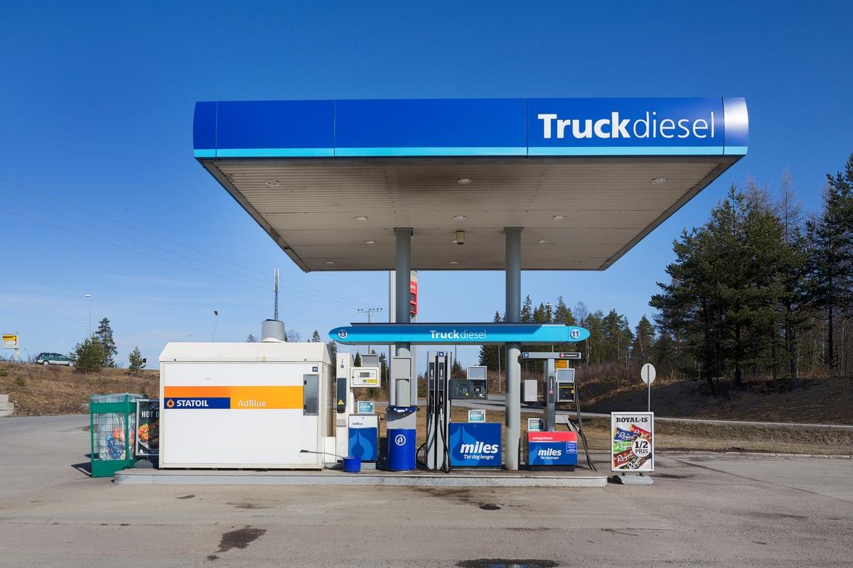 Statoil Dal. Tankanlegg for truck. Pumper og pumpetak.