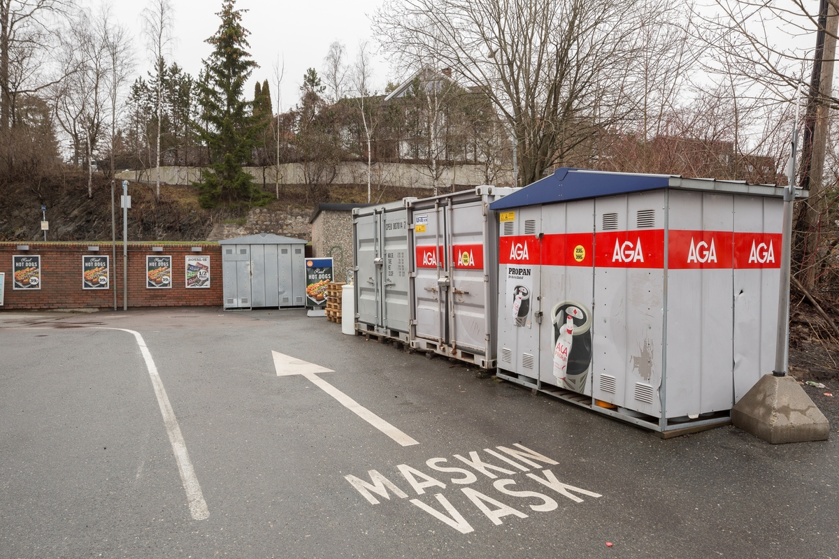 Statoil Nadderud. Containere bak bensinstasjonen. Pil på bakken som viser vei til vaskehall.