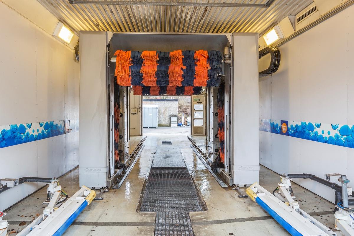Statoil Nadderud. Vaskehall interiør med bilvaskemaskin.