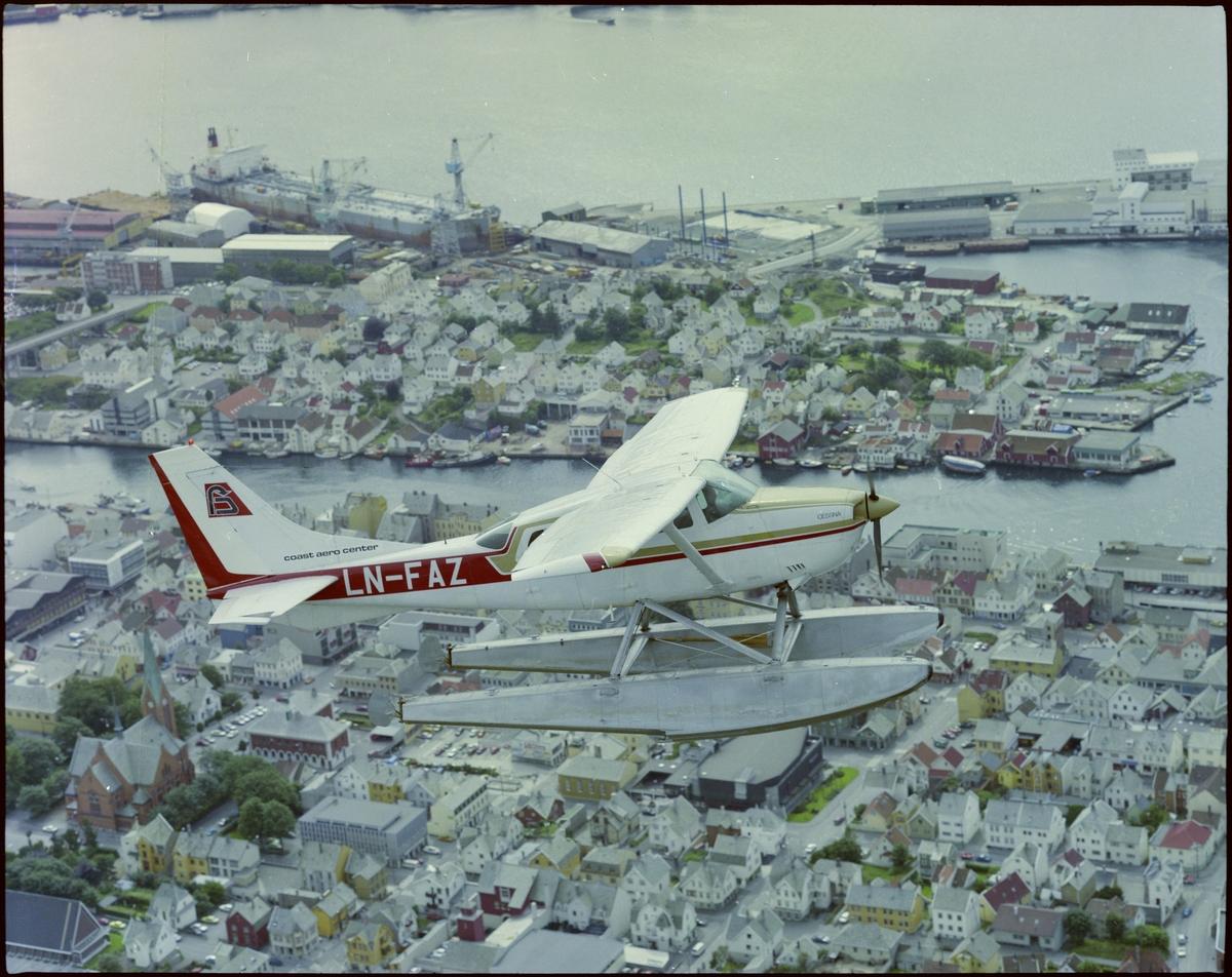 """Et sjøfly fra """"Coast Air"""" flyr over Haugesund. Bildene er tatt fra et annet fly."""