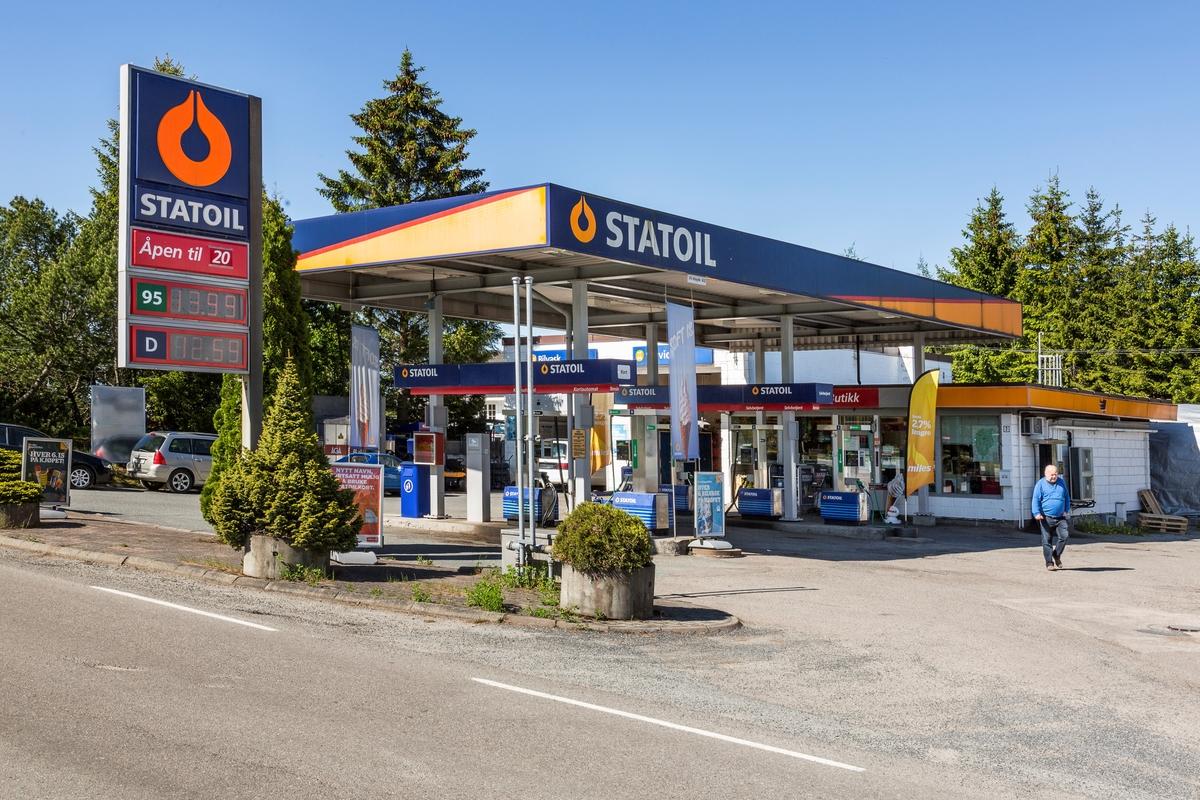 Statoil Hemnes. Bensinstasjon med veiskilt Statoil. Pumpetak bensinpumper og butikk. Beplantning mot veien.