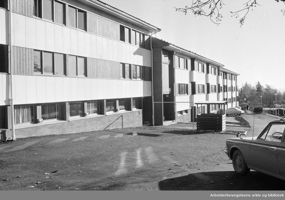 """Slemdal: """"Villa Ly"""". Blindern og Vindern sanitetsforenings psykiatriske ettervernsheim og dagsenter. Oktober 1973"""