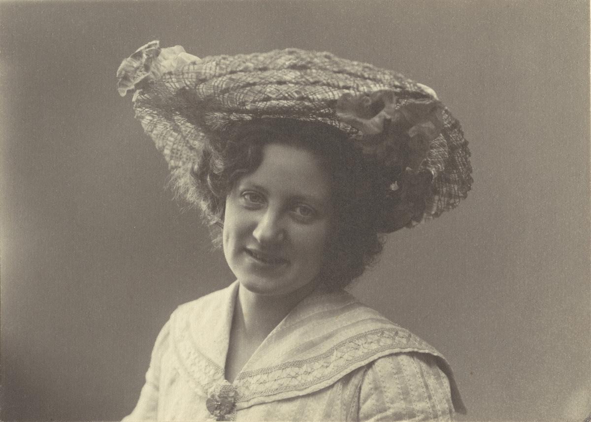 Porträtt av Fru Olga Ljungqvist, Hedemora - Stockgolm. Platinafotografi (platinatryck).