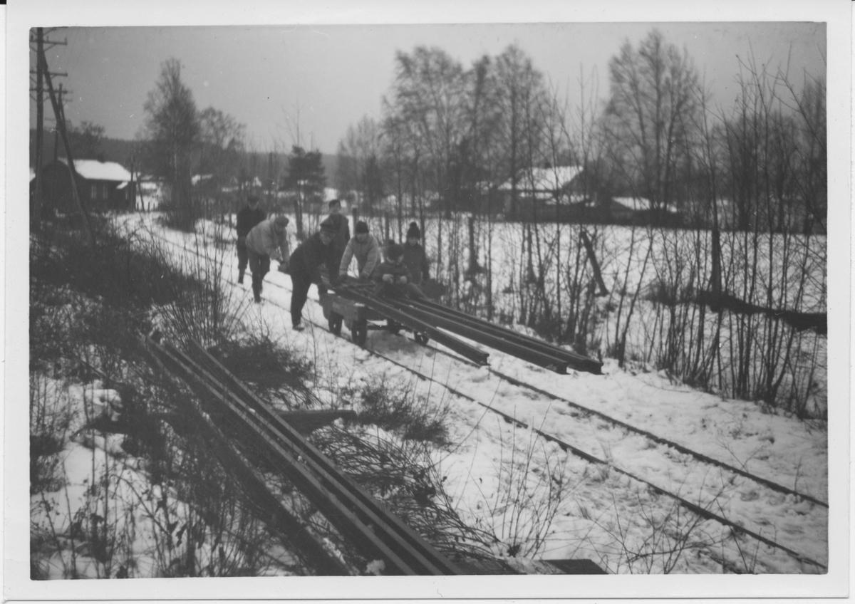 Skinnetransport på tralle på museumsbanen Urskog-Hølandsbanen ved Fossum. .