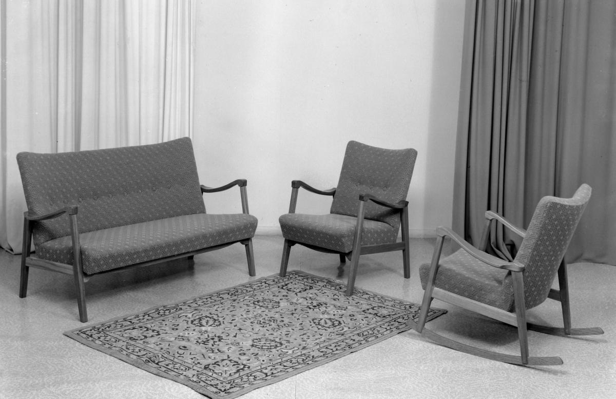 Sofabenk og lenestolar.