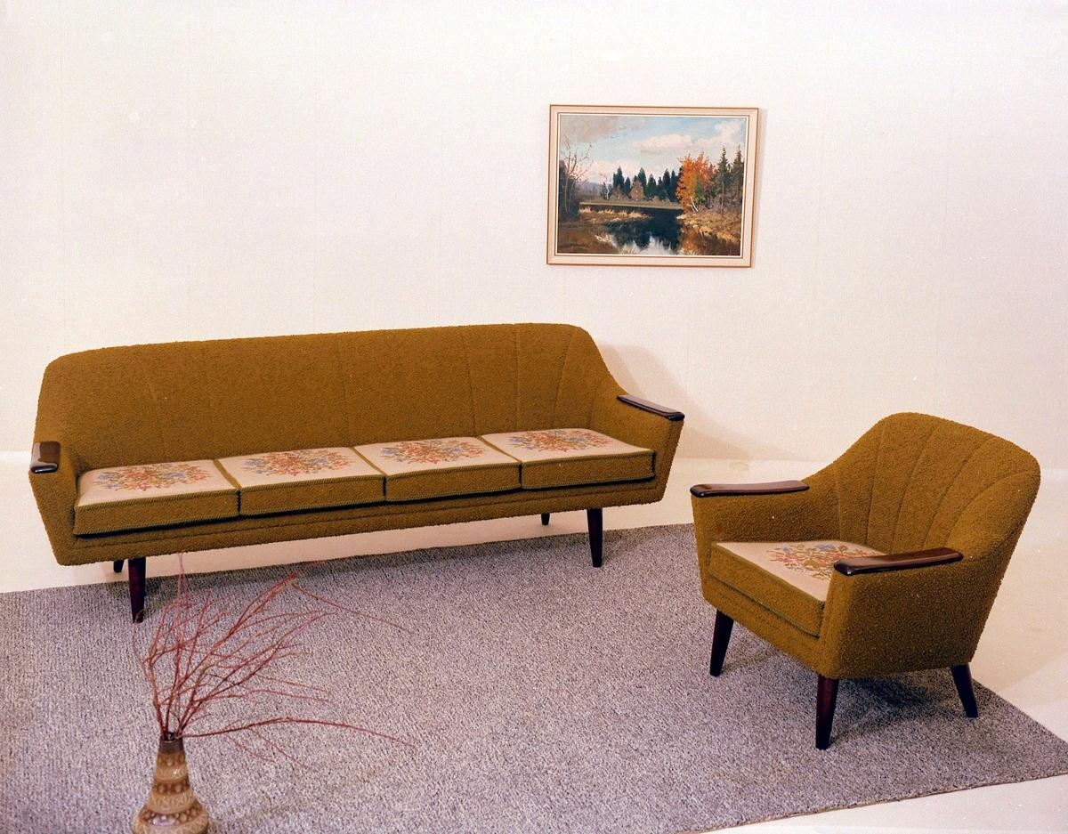 Salong. Sofagruppe med sofa og lenestol.