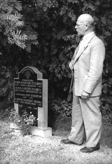 Sigurd Bograng vid familjegraven på Södra Finnskoga kyrkogård