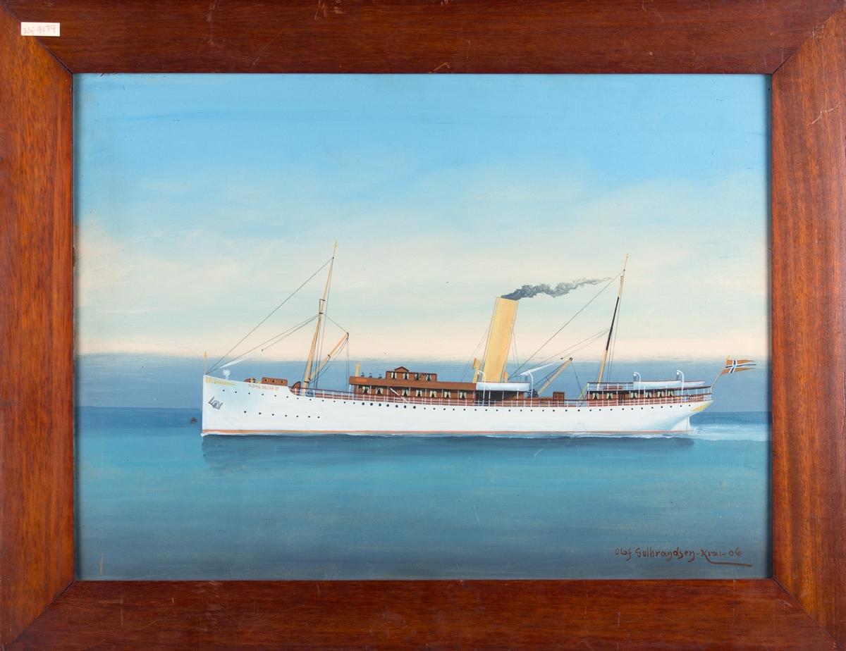 Skipsportrett av DS KONG OSCAR II under fart på åpent hav med norsk flagg akter.