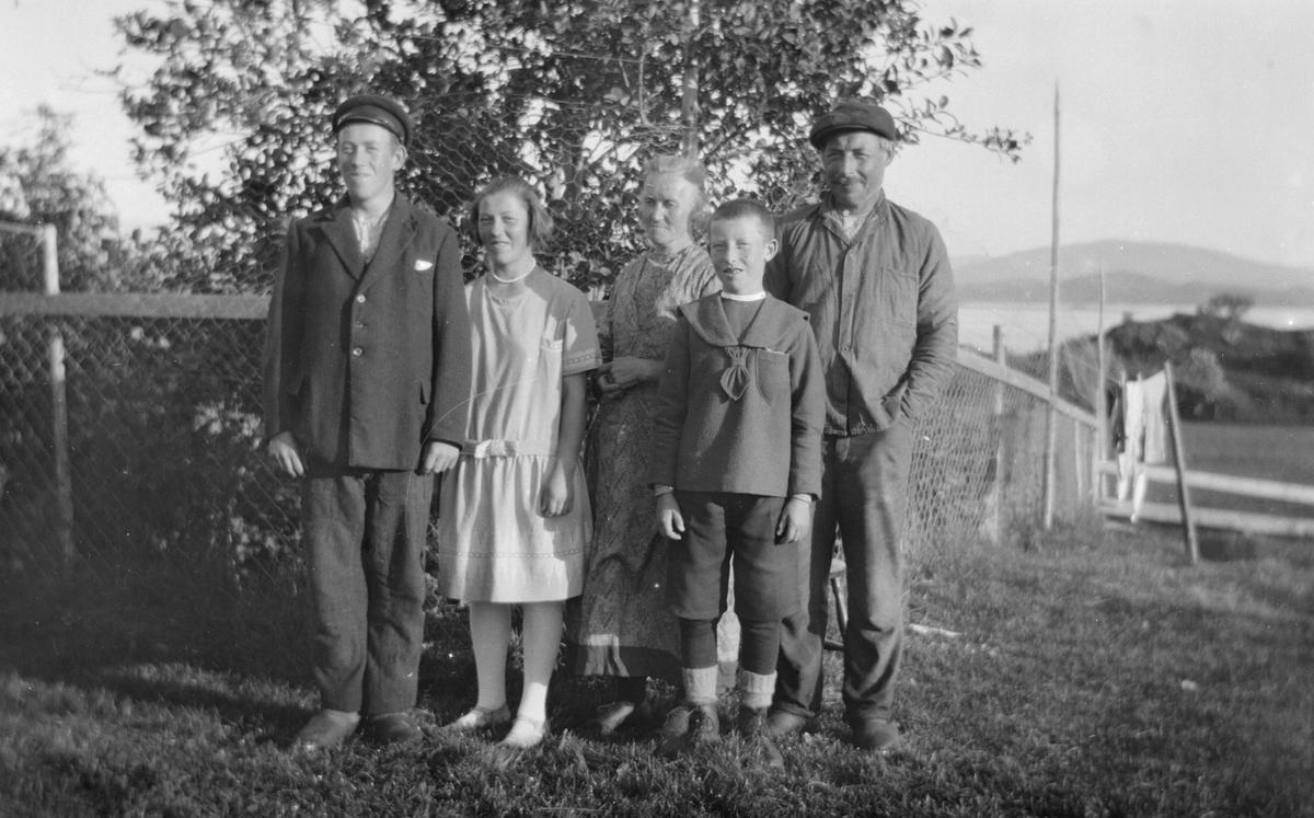 Foreldre med tre barn.