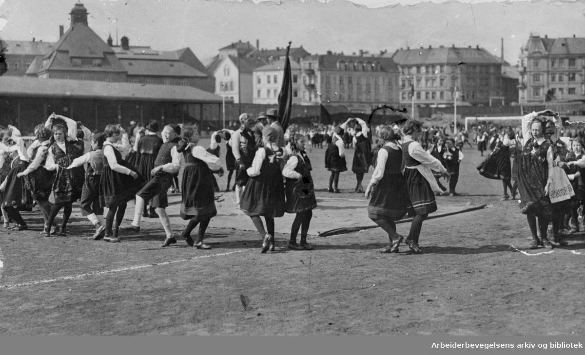 1. mai 1925 på Bislett stadion. Leikarring fra et barnelag som opptrer på barnestevnet.