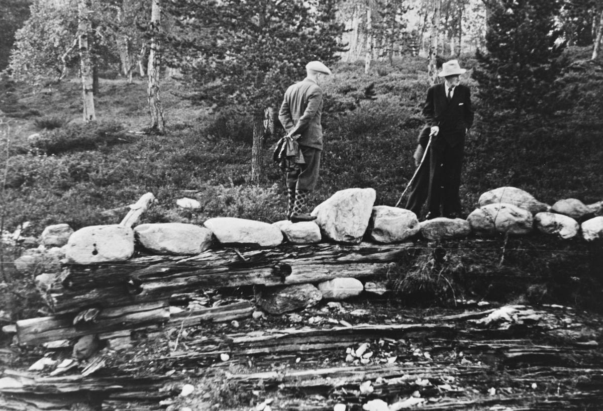 Johan Falkberget i dress og hatt ved Høsa på indre Håneset på Røros.