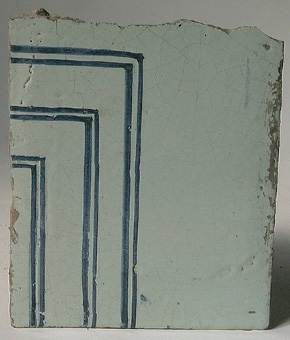 Kakel, 41 st, delvis fragmentariska. Vita med blå ränder.