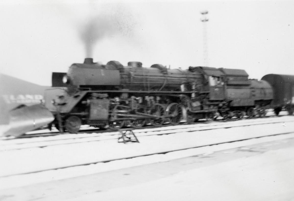 Damplokomotiv type 49c nr. 473 (Dovregubben) med tog på Trondheim stasjon.
