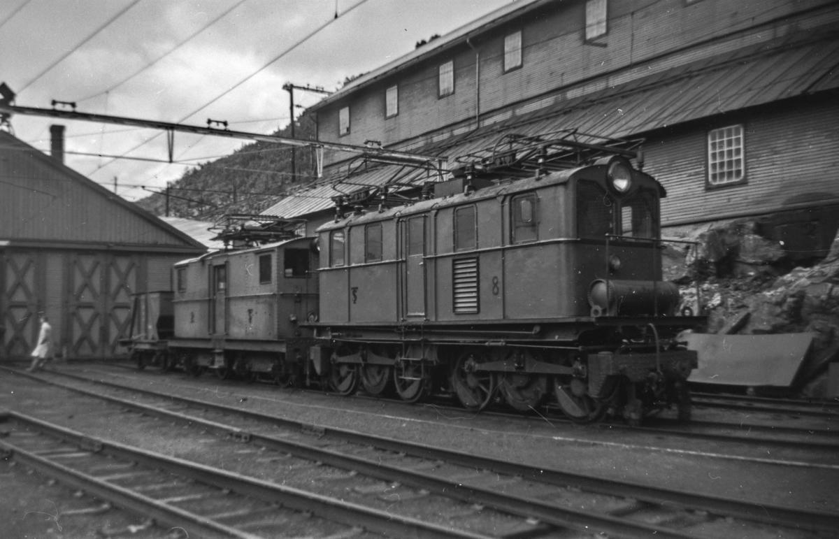 Thamshavnbanens lokomotiv nr. 8 på Thamshavn stasjon. Til venstre lokomotiv nr. 2.