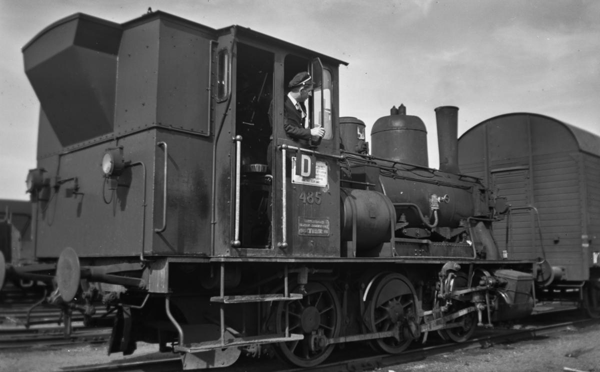 Damplokomotiv type 25e nr. 485 i skiftetjeneste på Trondheim stasjon. En fyrbøter tjenestegjør som lokomotivfører.