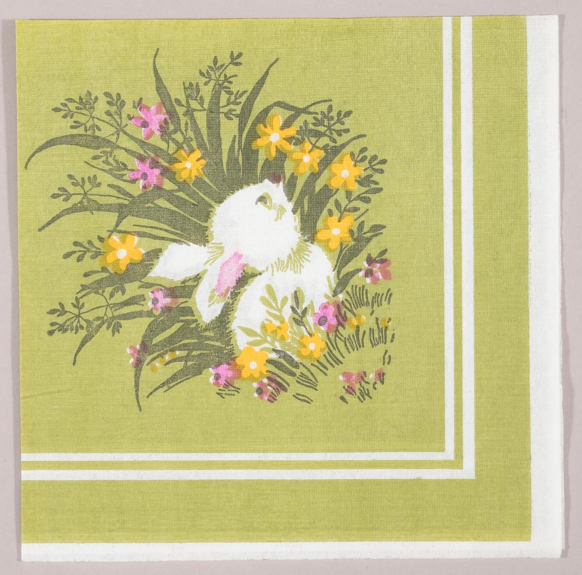 En harepus gjemmer seg i gresset mellom gule og rosa blomster. Hvite kantstriper.