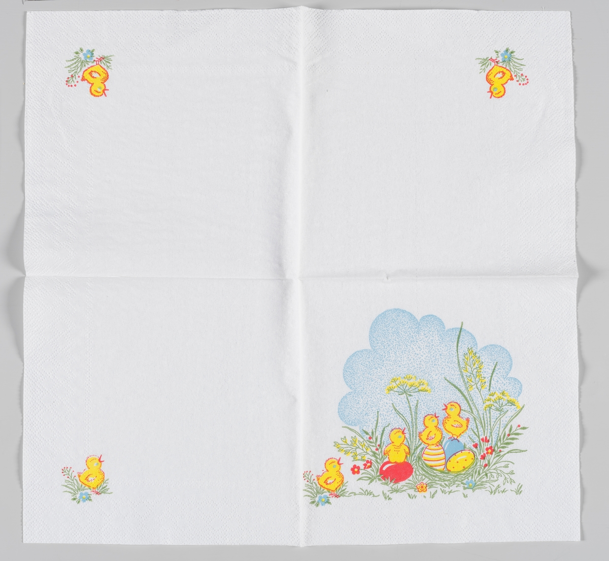 Et forsidemotiv og tre ens motiver på resten av sidene. Forsidemotivet er flre kyllinger som står på dekorerte påskeegg som ligger i et reir blant røde, gule og blå blomster og høyt gress og med en blå himmel i bakgrunnen. De tre små motiver er en kylling som står på gress mellom en rød og en blå blomst.