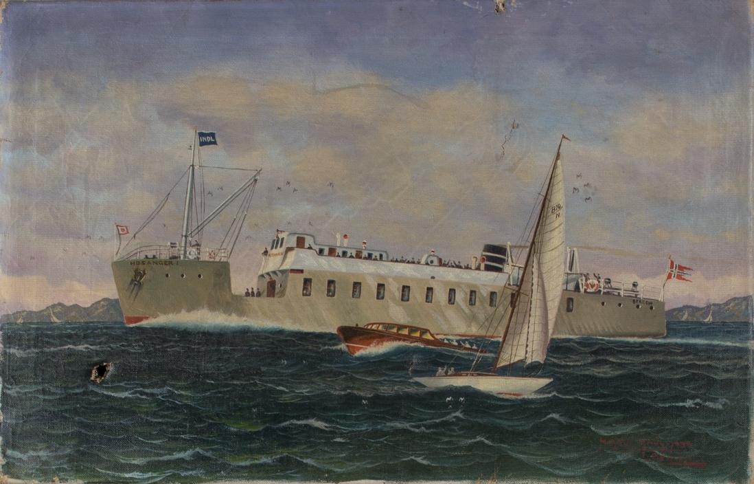 Skipsportrett av MS HOSANGER I under fart. I forgrunn sees en lystbåt og seilbåt av type Knarr.