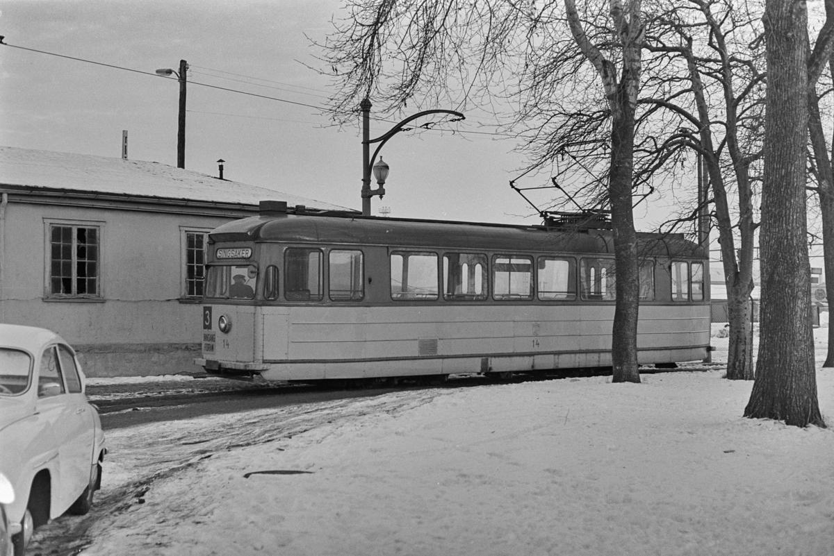 Trikk på linje 3 i sløyfen ved Jernbanestasjonen i Trondheim. Trondheim Sporvei vogn 14 .