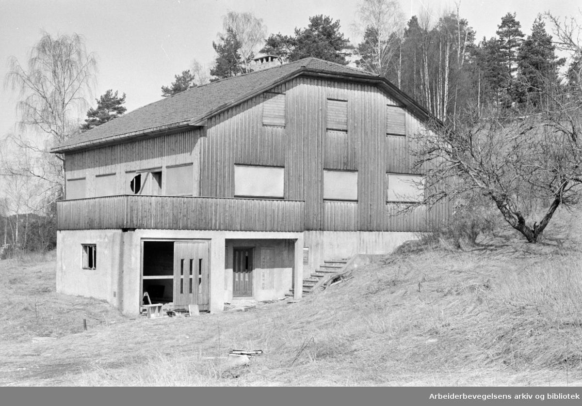Rosenholm gård har stått tom i 10 år. Skal nå bli lager for industrien. April 1964