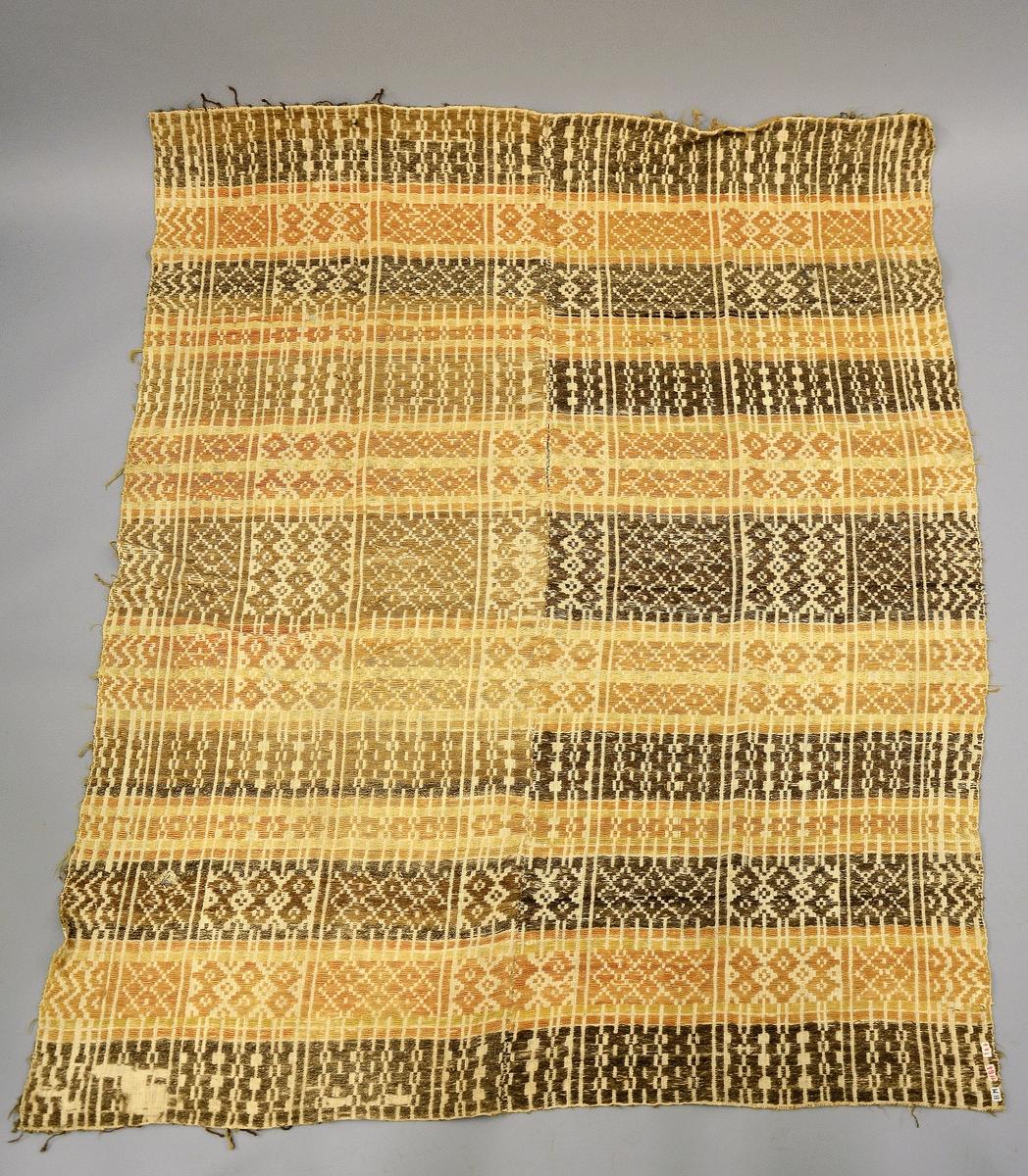"""Vevd teppe. Fra protokollen: """"Nordlandsteppe"""", inndelt i gule og brune felt, 7 felt dominert av brunt og 6 av gult."""