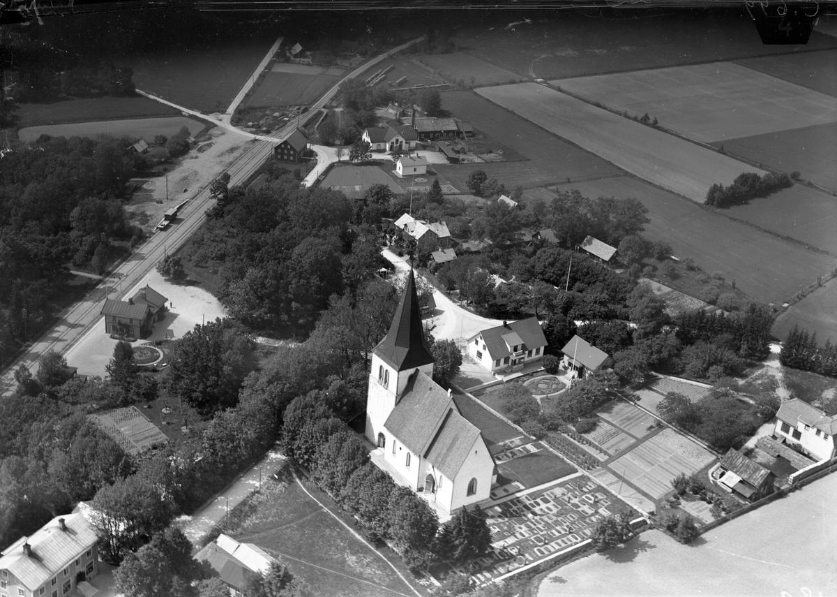 Flygfoto över kyrkan och stationen Stationen anlades 1878. Tvåvånings stationsbyggnad i trä .Station öppnad september 1878