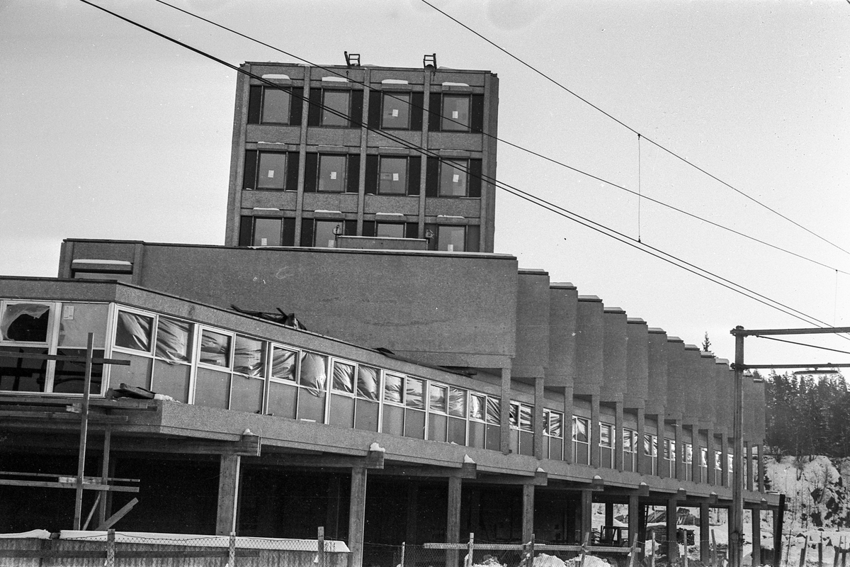 Sentrumsbygget på Kolbotn. Erik Bonde Hansen og E Sundts forretningsgård. Nybygg. Fotograf: ØB Sabel