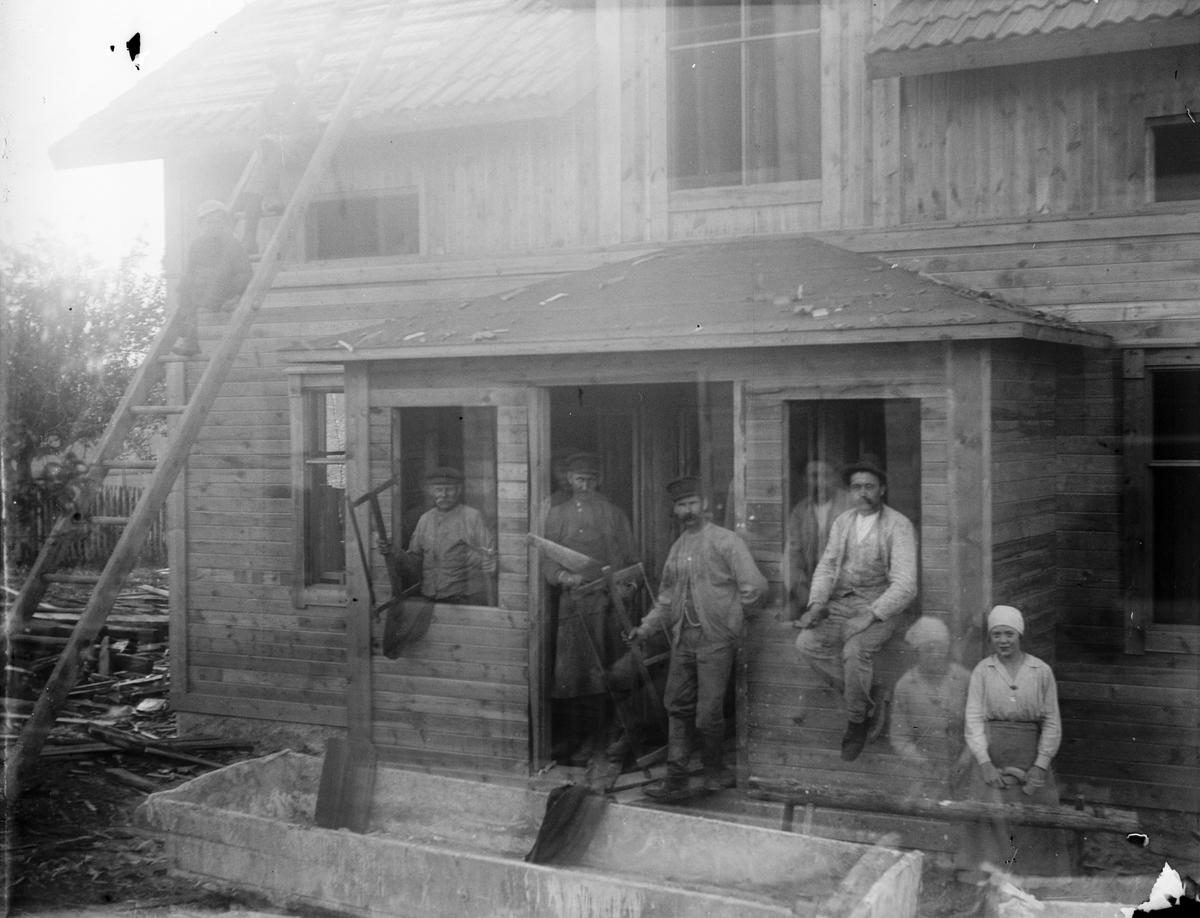 """Dubbelexponerat grupporträtt - """"Byggmästare och målare utanför vår nya villa i Sevasta"""", Altuna socken, Uppland 1918"""