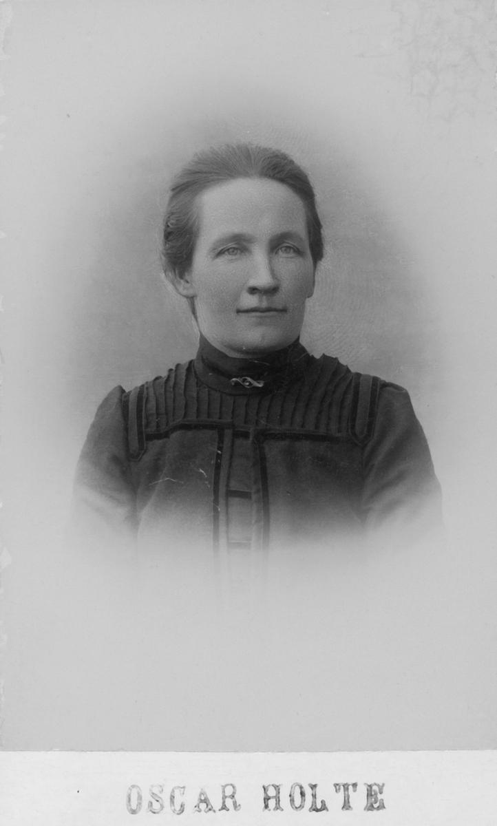 Portrett av kvinne - Oline Olsdatter Foldshaugmoen, født Tangmoen (31.12.1872-31.3.1949)