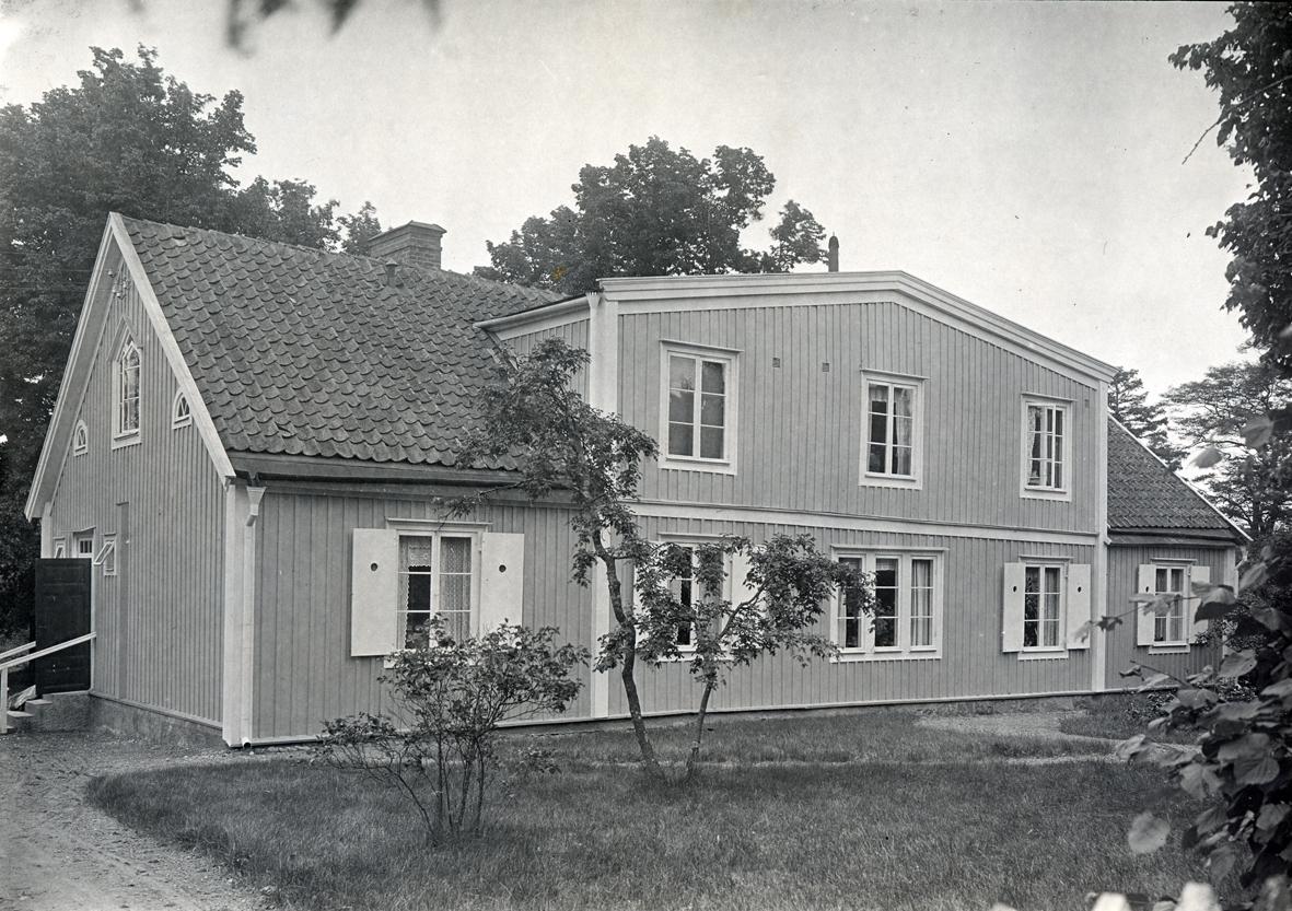 Huvudbyggningen: gul och vit.