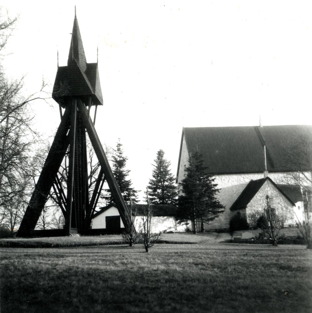 Klockstapeln vid Dörby kyrka.