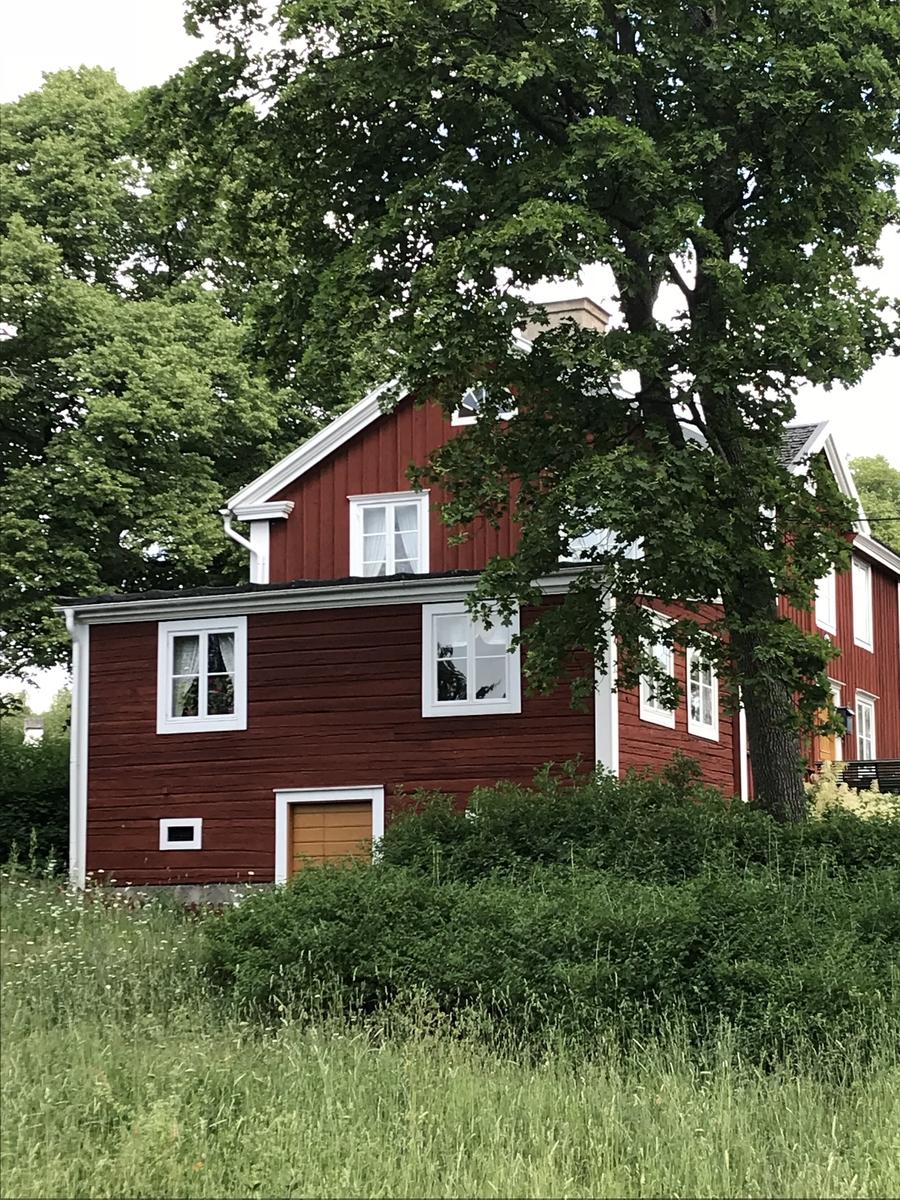 Posthuset är knuttimrat i två våningar och, med undantag av tillbyggnaden, klätt med locklistpanel. Fasaden är målad med röd slamfärg. Knutarna är inklädda med ljust målade brädor. Byggnaden har sadeltak belagt med takspån. Trappan är rekonstruerad på Skansen med utgångspunkt i ett äldre fotografi från ursprunglig plats. På baksidan finns en köksingång. Posthuset flyttades till Skansen 1962 från Virserums samhälle i Småland.