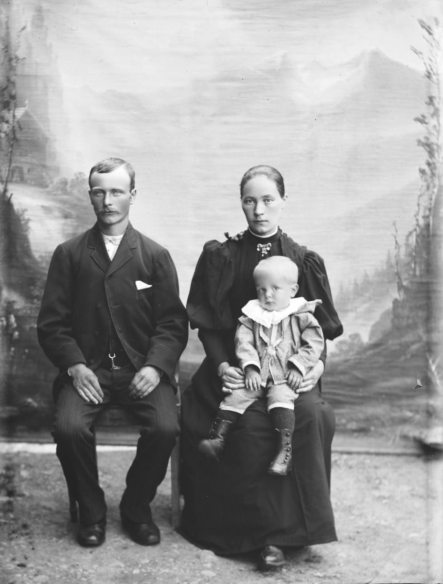 Lars Pettersen med kone og barn