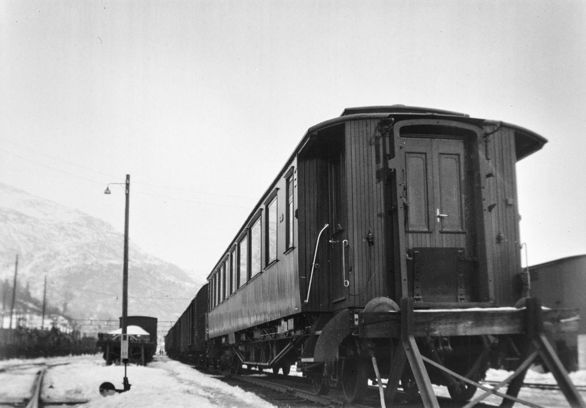 Personvogn litra Bo3c type 3 nr. 948 på Bergen stasjon. .