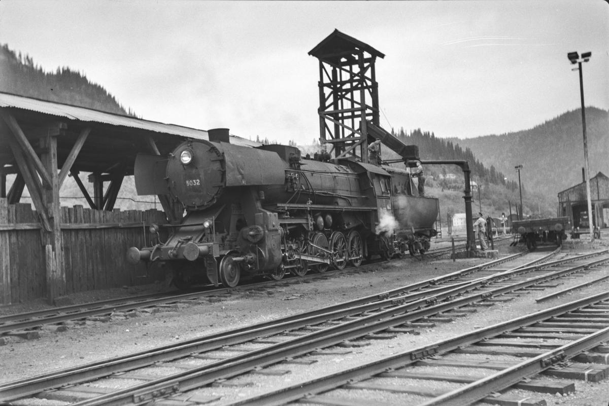 Damlokomotiv type 63a nr. 5032 ved kullingsanlegget på Støren stasjon.