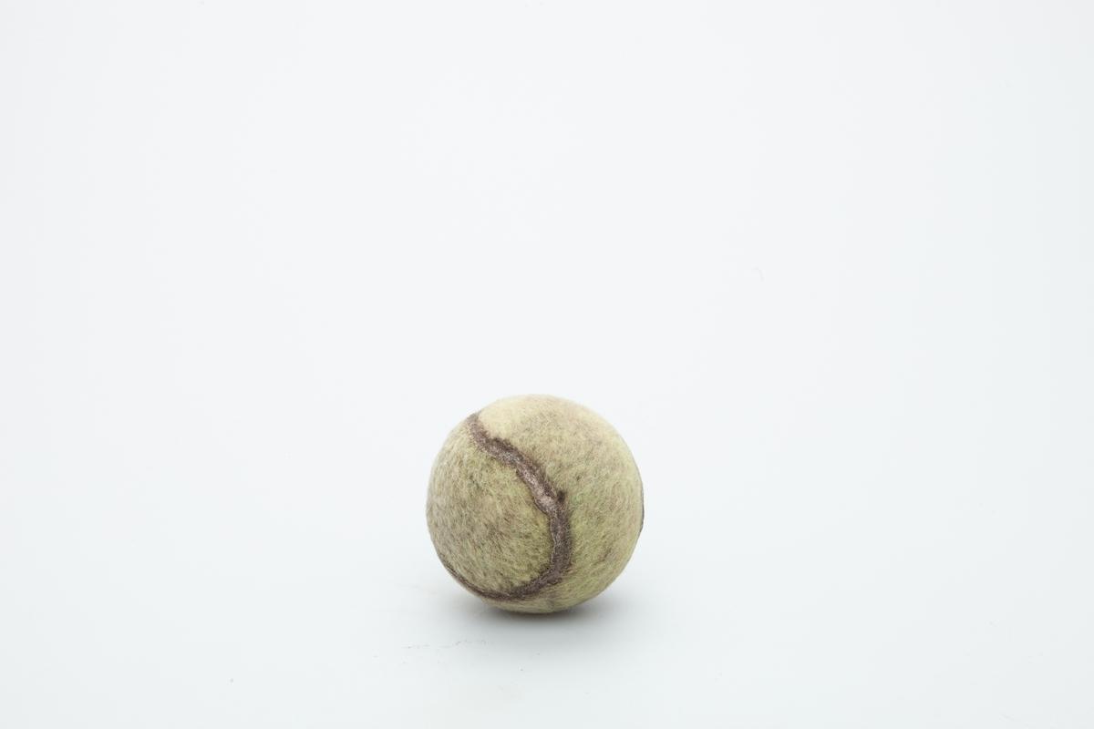 Ballen er en klassisk tennisball som er godt slitt etter lek.  Ballen har tilhørt hunden Butler, en Kleiner-Münsterländer (1999-2011) og Chief, en Cavalier King Charles Spaniel (2001-2016). Begge hunder tilhørte givers familie fra 1999- 2011. Gitt til museet i 2007.  Gjenstanden er samlet inn i forbindelse med Hundeprosjektet 2006-2007 Husdyr på museum - Et fellesprosjekt i Akershusmuseet 2007