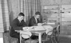 Finnmark Landbruksskole, Tana. 2 menn i lesesalen/biblioteke