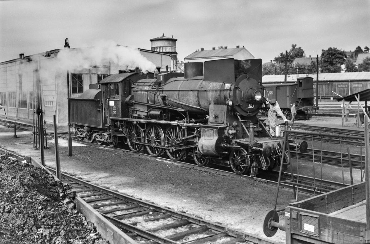 Damplokomotiv type 30b nr. 363 ved lokomotivstallen på Hamar stasjon.