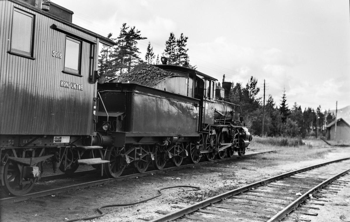 Damplokomotiv type 27a nr. 303 ved lokomotivstallen på Koppang.