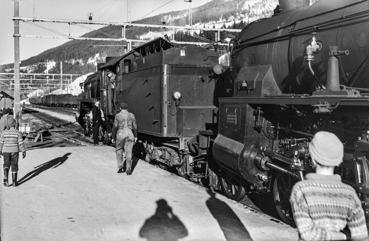 Ekstratog i forbindelse med påskeutfarten, tog 7608, på Ål stasjon. Toget trekkes av damplokomotiv type 31b nr. 449 (nærmest) og 426.