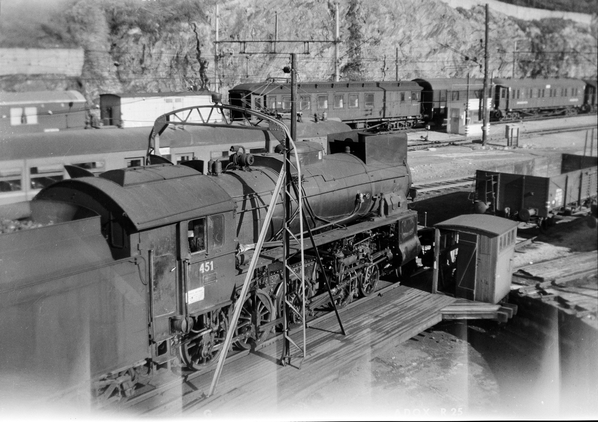 Damplokomotiv type 31b nr. 451 på svingskiven på Bergen stasjon.