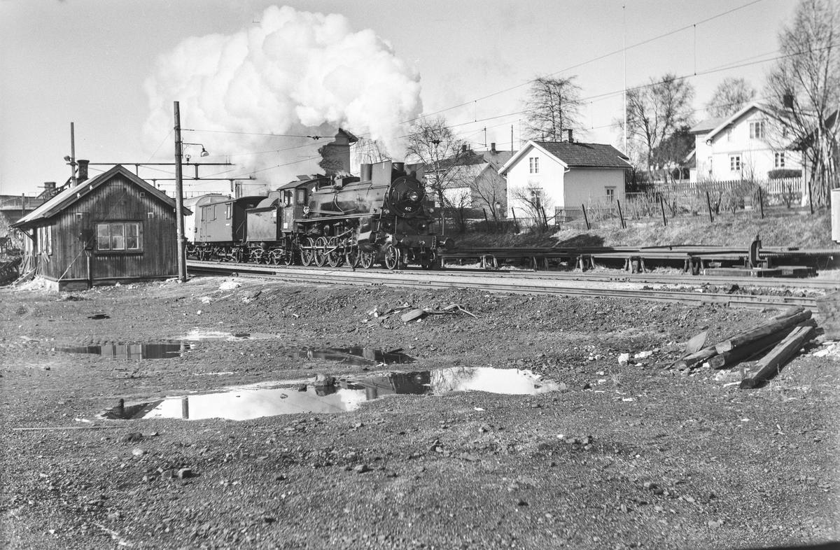 Dagtoget fra Oslo Ø til Trondheim over Røros, tog 301, kjører ut fra Hamar stasjon. Toget trekkes av damplokomotiv type 26c nr. 412.