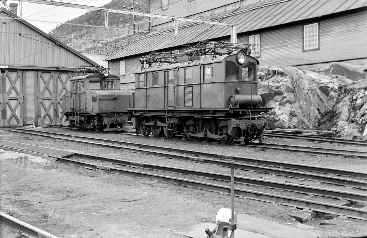 Thamshavnbanens elektriske lokomotiv nr. 7 (nærmest) og nr. 6.