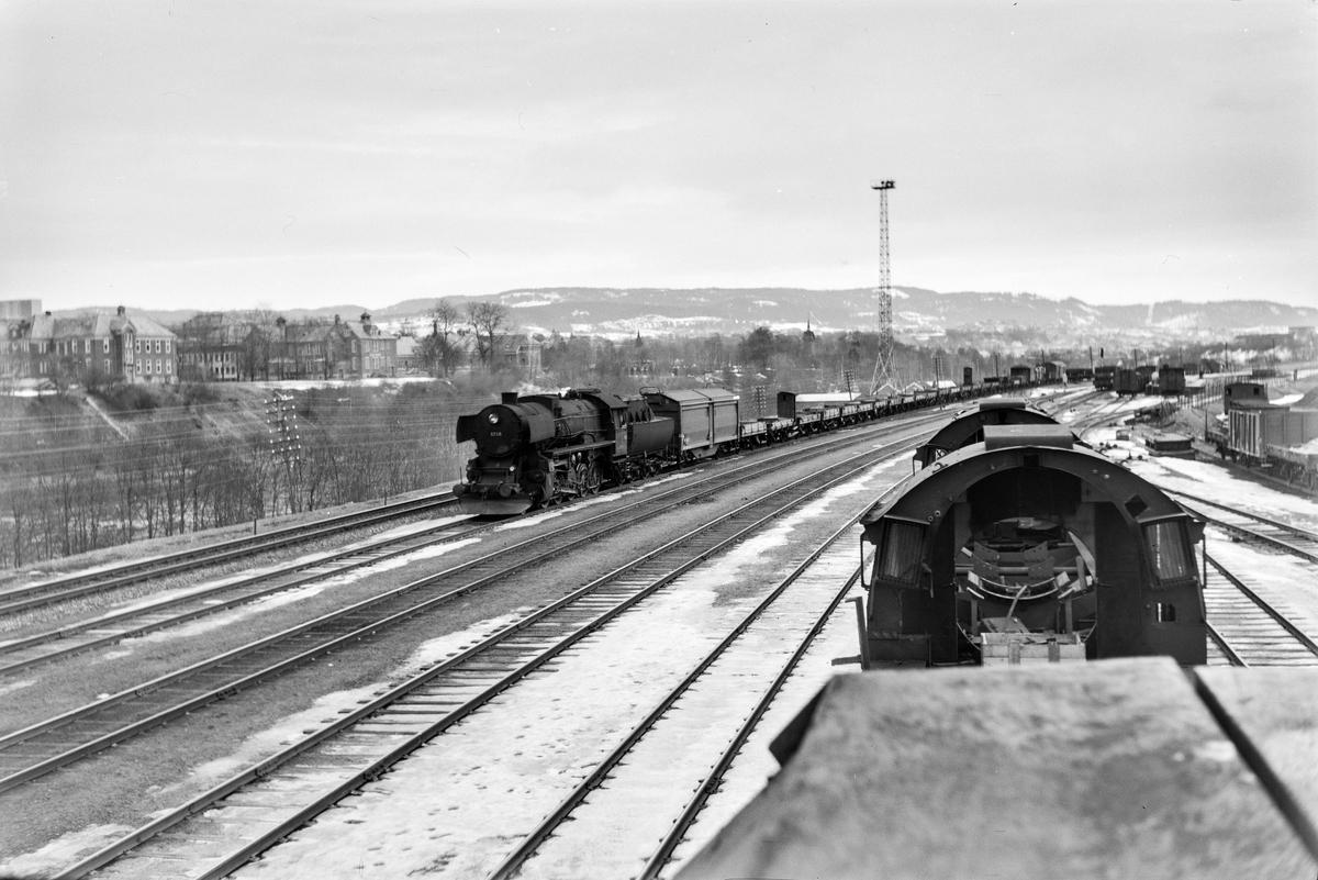 Damplokomotiv type 63a nr. 6266 med godstog med en rekke grusvogner litra M.