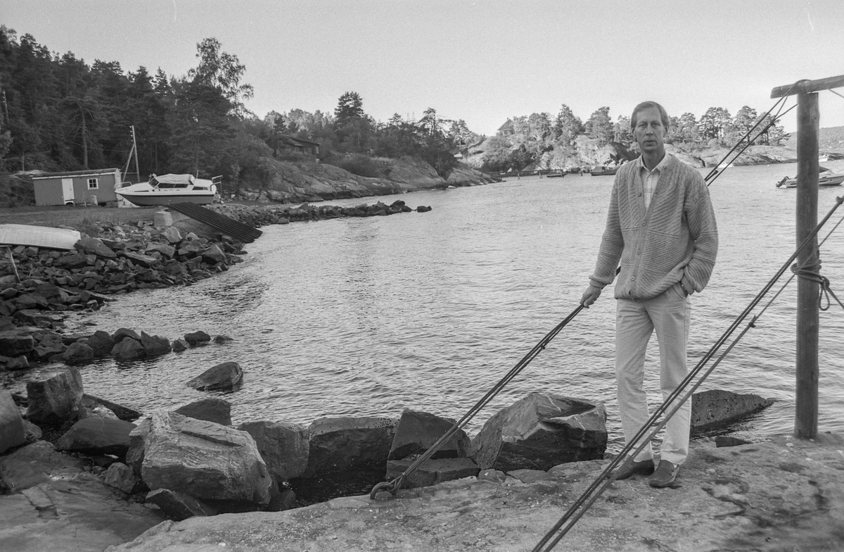 Reguleringen av Emmerstadområdet. Ordfører Helge Bakke i Vestby sitter på svaberget i Emmerstadbukta.