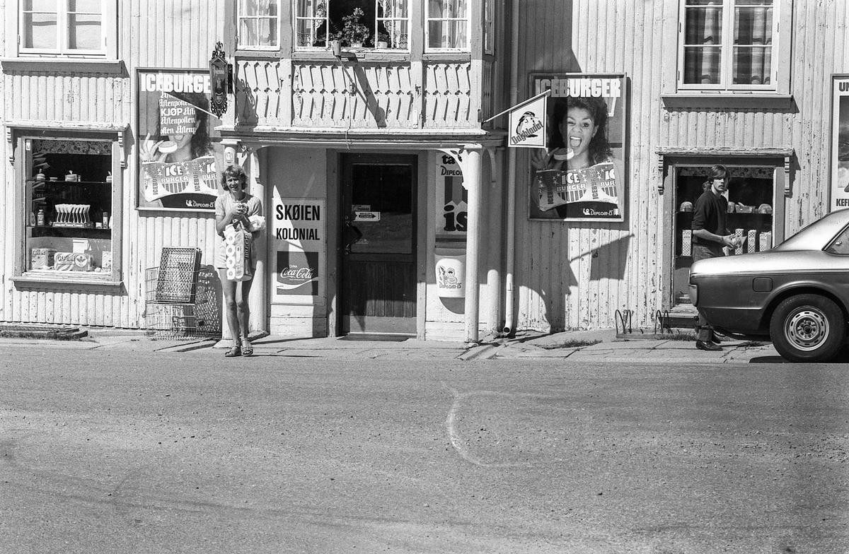 Divererse motiver fra Hølen. Skøyen kolonial. Hølenselva med småbåter og fine sommermotiver. Bro over Tegnebyholtet. Stasjonsmesteren eller postmesteren. Fotograf: ØB Ukjent