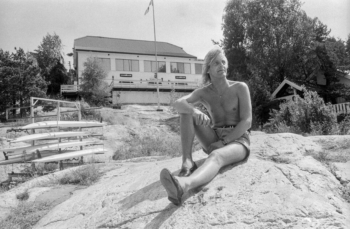 Klubben i Son, innehaver Alex Johannessen sitter på svaberget nedefor Klubben, og står i døråpningen til Klubben.