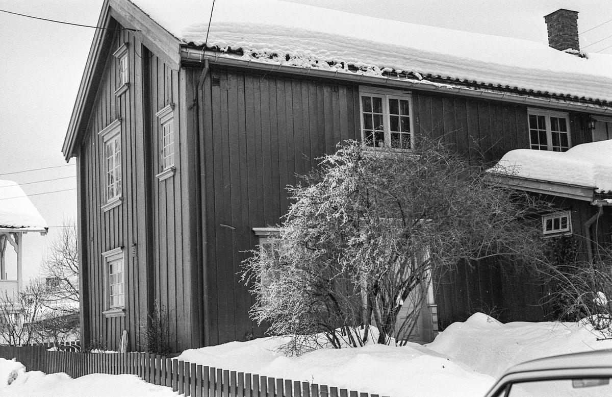 Badehusgaten 28 i Drøbak fikk årets verneplakett. Man antar at huset er fra midten av 1700 tallet. Eiere Randi og Sam Sandved.